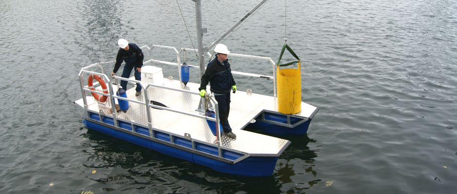 Arbeitsboot mit Drehkran